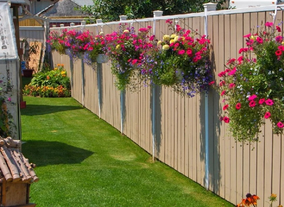 Decorating Garden Fences with White Flowers